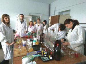 Магістри працюють у лабораторії