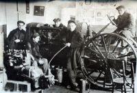 1935 г. Бригада студентов завода ВТУЗ. За рулем Латышев, сидит Адарюхов, у дадиатора Абрамович